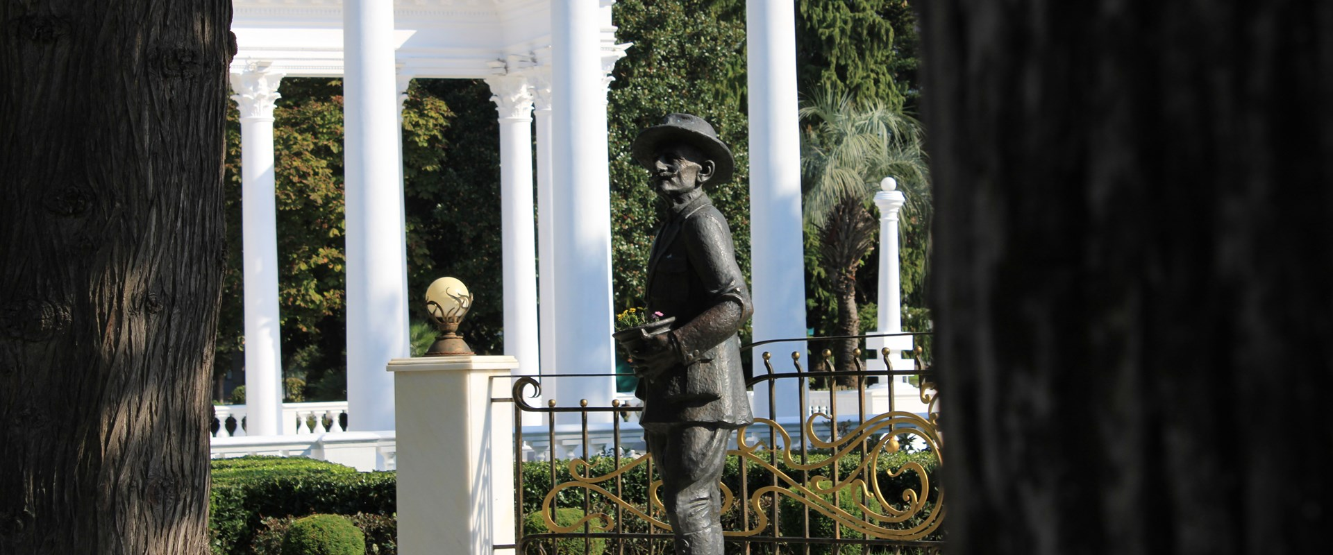 A sculpture of Iason Gordeziani, the main gardener and decorator of the boulevard <br />